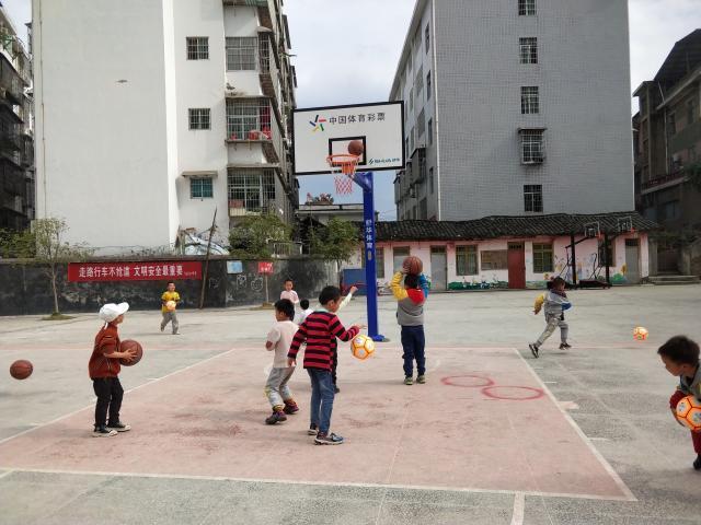 孩子们使用受赠器材进行体育活动.jpg