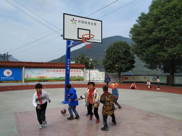 孩子们使用捐赠器材进行活动.jpg