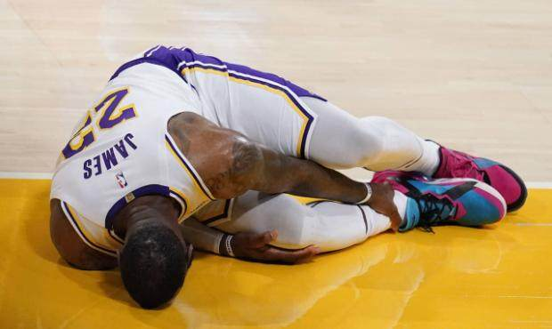 LeBron-James-injures-ankle-before-playing-Suns.jpg