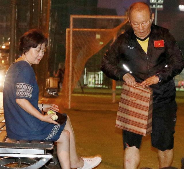 0720-朴恒绪与夫人已返回韩国奔丧.jpg