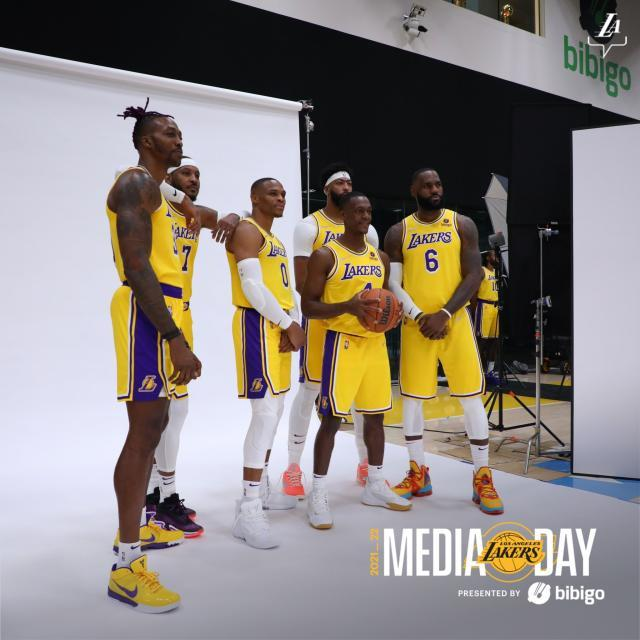 Lakers-Media-Day-team-photo.jpg