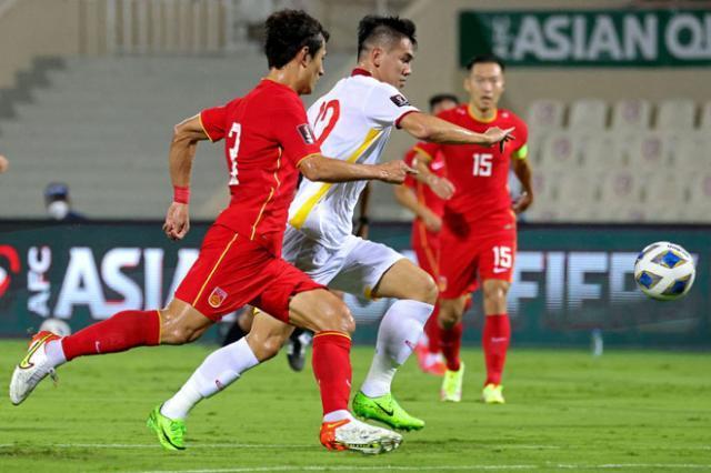 越南队头号中锋阮进灵在第90分钟一度绝平.jpg