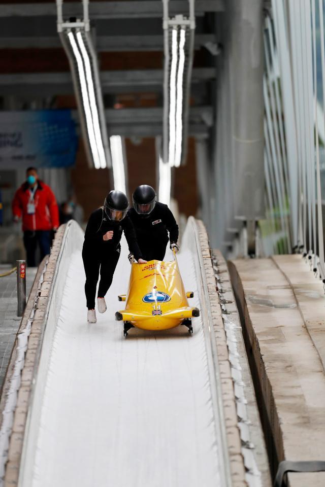 英国雪车队结束滑行后准备收车.jpg